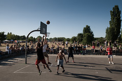 athletics(0.0), endurance sports(0.0), running(0.0), sports(1.0), streetball(1.0), crowd(1.0), physical exercise(1.0), basketball(1.0),