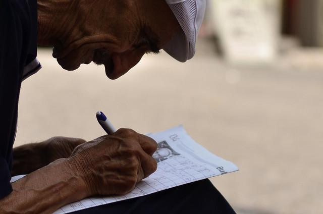 Perfil de un señor haciendo un crucigrama en Estambul