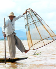 Inle fisherman with cone net 1