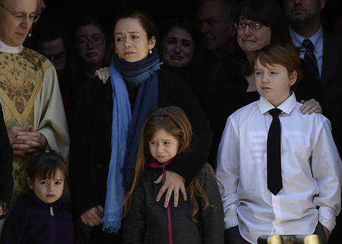La esposa de Philip Hoffman, Mimi O'Donnel (i)  junto a sus hijos Tallulah (i), Willa (c), y Cooper Alexander (d) saliendo del funeral