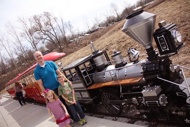 Brian-and-Kids-in-front-of-steam-engine