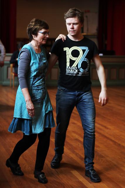 Par som dansar hallingspringar på kurs