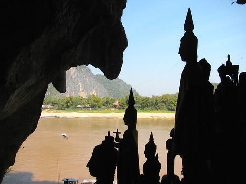 Figuras contraluz en cuevas de Pak Ou