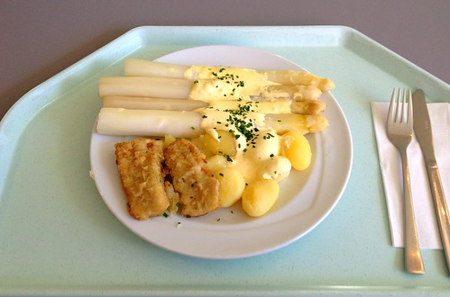Spargel mit  Sauce Hollandaise, Hokifilet & Kartoffeln / Asparagus with sauce hollandaise, hoki filet & potatoes