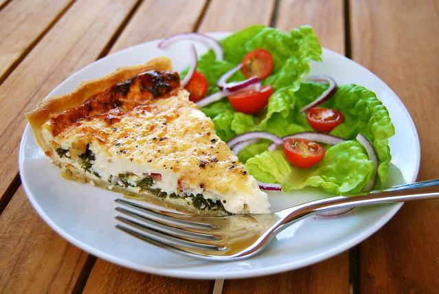 Summertime Spinach, Bacon & Quark Quiche | www.rachelphipps.com @rachelphipps