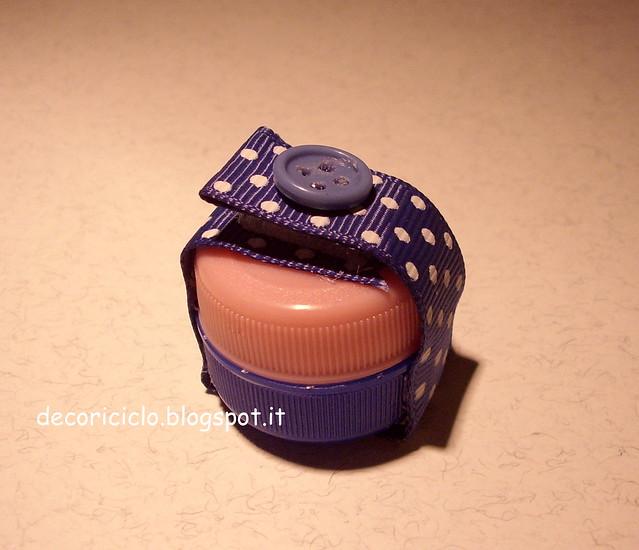 porta-pillole fatti con 2 tappi di plastica 2