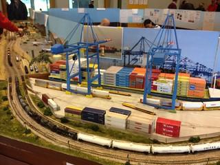 das Containerschiff wird neu beladen