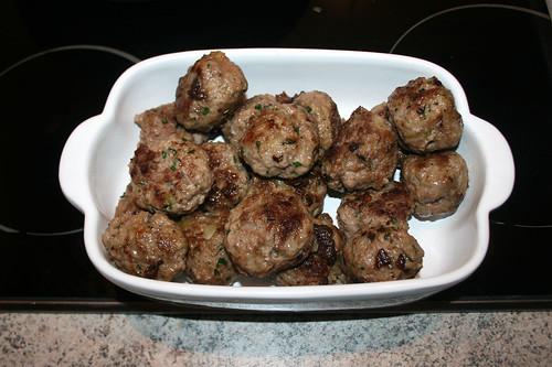 36 - Fleischbällchen bei Seite stellen & warm halten / Remove meatballs & keep warm