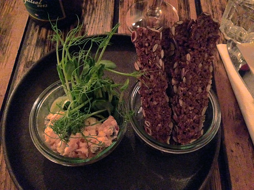 Lakserillette med ærteskud, esdragon og rugbrød