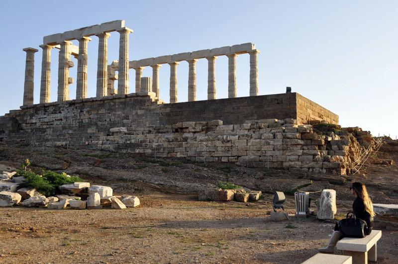 Beatriz contemplando el Templo de Poseidón en el cabo Sounion Cabo Sounion - 12173593815 ee6da8f314 c - Cabo Sounion y el Templo de Poseidón