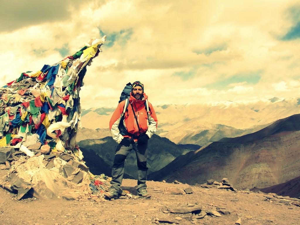 Στο KongmaruLa ( 5150μ ).Πίσω μου, 1500μ κάτω, η κοιλάδα του Ινδού και στο βάθος οι κορυφές της οροσειράς Ladakh!