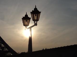 Rötlich strahlt die Straßenlaterne, blinzelt der Abendstern über Dresden 0397