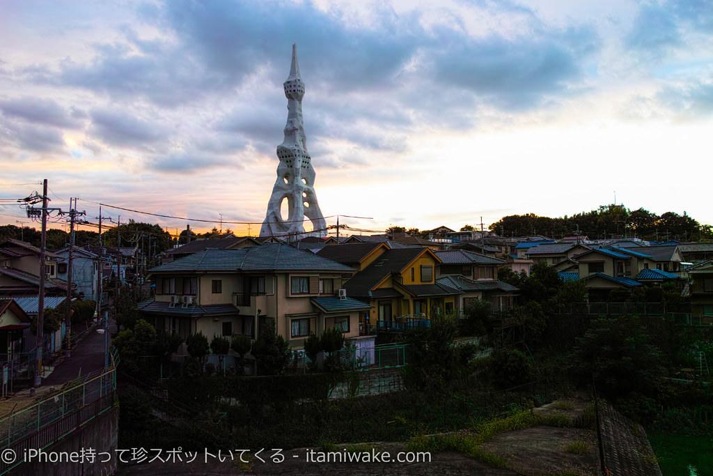 住宅街にそびえる巨大な白い塔