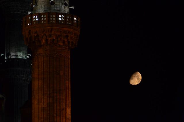 Minaretes de la Mezquita Azul a la luz de la luna en la noche