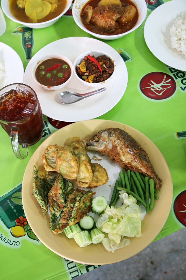 Vegetables and fish to go with nam prik