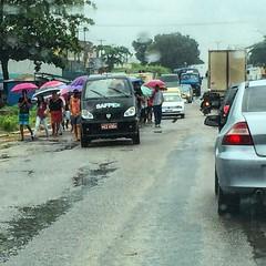 Enterros em Ponte dos Carvalhos, no Cabo de Santo Agostinho, continuam a provocar transtorno no trânsito de rodovia. Uma das faixas fica interditada à passos lentos do funeral. #cabosemjeito #gestaosemsolucao