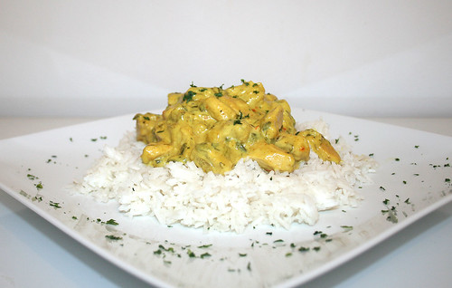 42 - Hähnchen-Ananas-Curry mit Basmati - Seitenansicht / Chicken pineapple curry with basmati rice - Side view