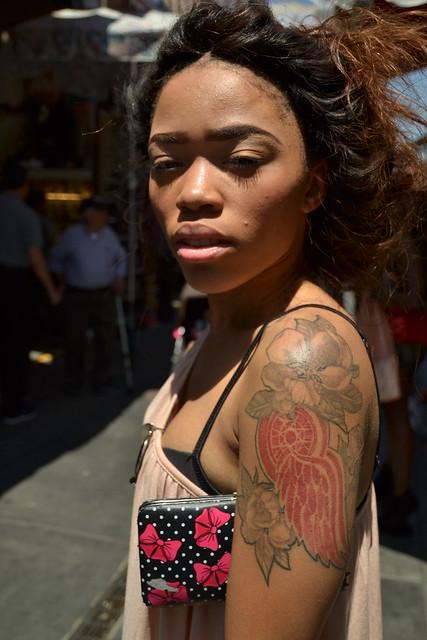 Retrato de una joven con tatuaje. En el distrito de la moda (Downtown L.A.)