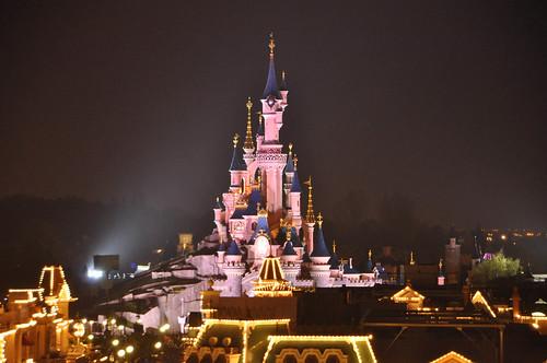Vista nocturna de Disneyland Paris desde el Hotel Disneyland