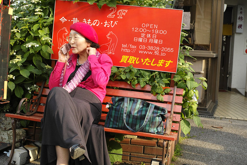 The old woman who sits on a bench / ベンチに座る老婦人