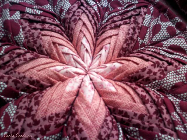dobradura de tecido, uma mandala, um sousplat