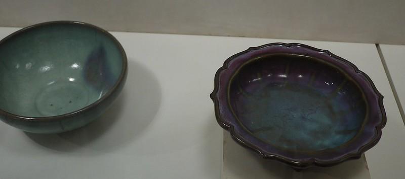 13 右侧为天青玫瑰紫釉葵式盆托,钧窑,金或元