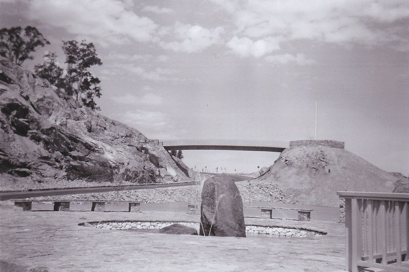 Serpentine dam bridge