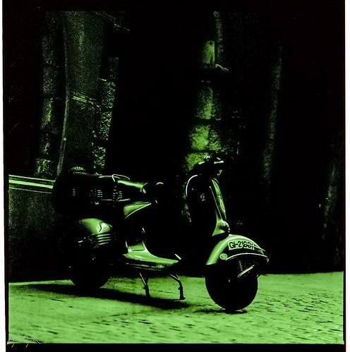 Vespa en verd by Pep Lopez