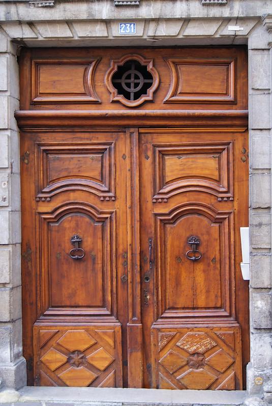 Porte sur la place Saint-Léger