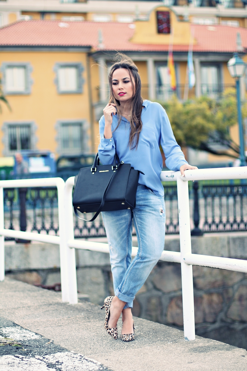 bolso mk, camisa azul