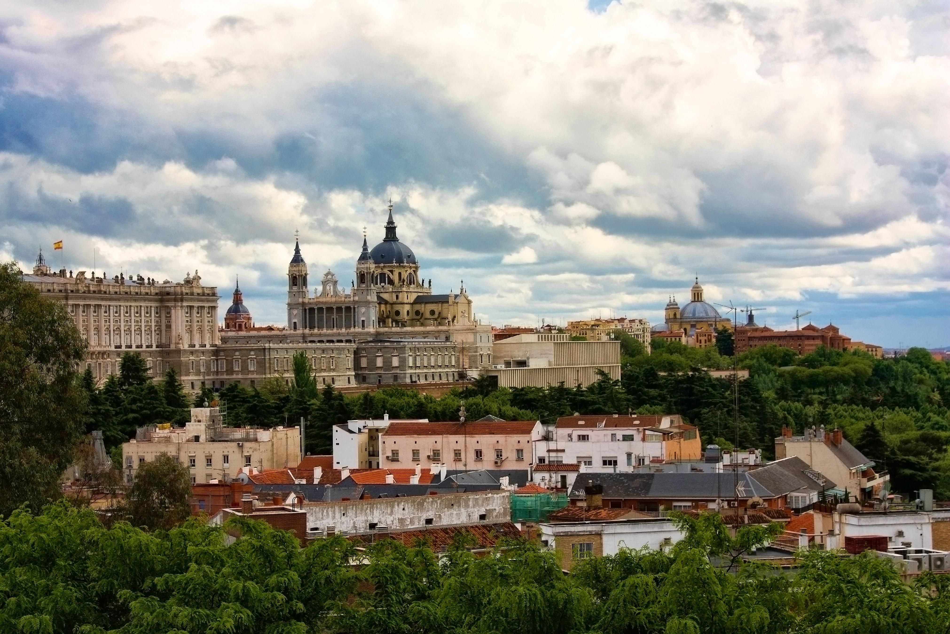 Vista de la catedral de la Almudena de Madrid. Autor, Trioptikmal