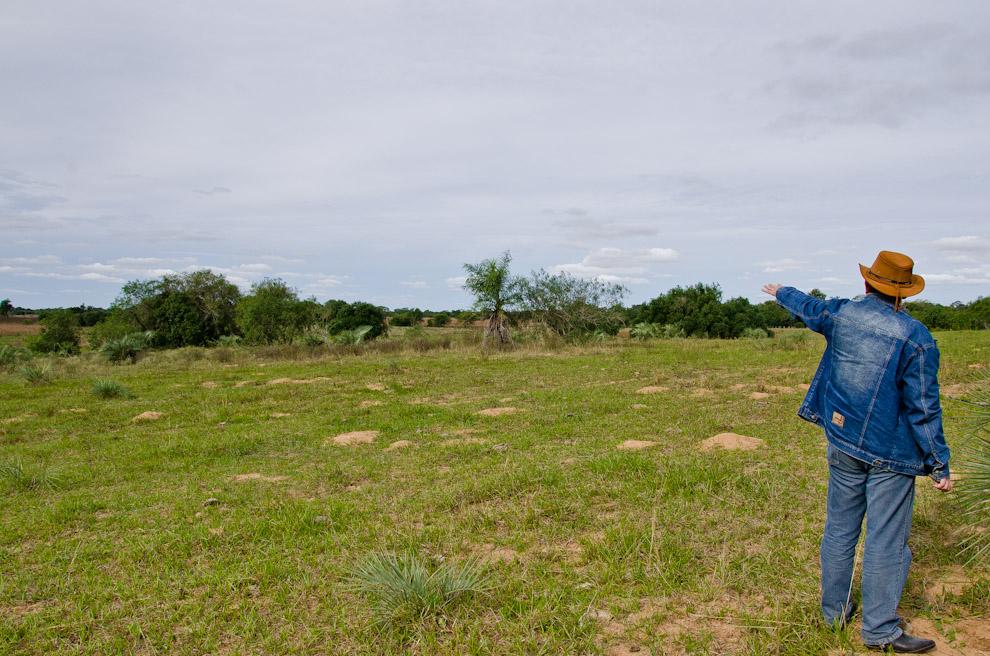 El historiador y promotor de los paseos a sitios históricos, Ramón Vargas, nos explica donde se encontraba exactamente la zona donde se llevó a cabo la batalla de Yataity Corá. (Elton Nuñez)