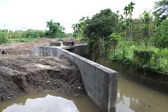 水泥河堤價在野溪上。