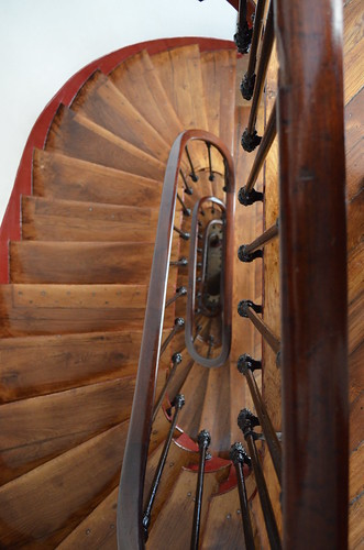 paris_stairs_down_wood