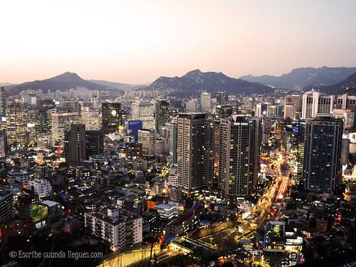 Vistas nocturnas impresionantes desde la N Seoul Tower, en Seúl