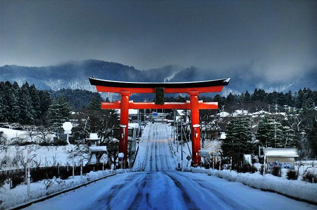 Porte, neige et montagne.