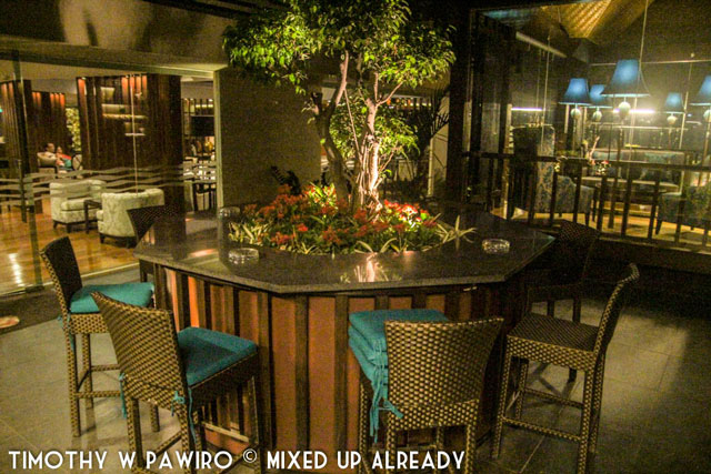 Philippines - Manila - Dusit Thani - Club Lounge - Outdoor terrace (web)