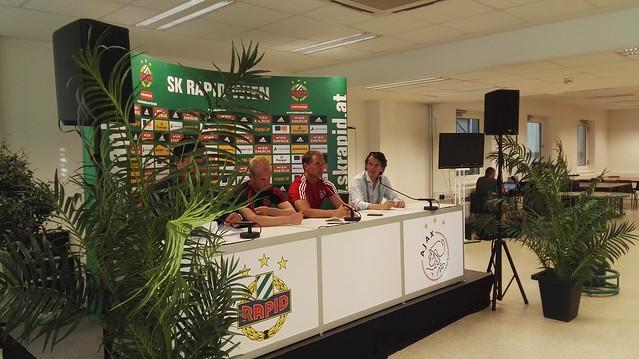 Bei der Pressekonferenz von Trainer Frank De Boer und von Kapitän Davy Klaassen
