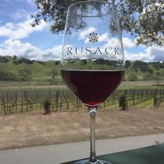 Great wine, view, oak trees, and an amazing patio. Must be Rusack Vineyards.  #tonightsdrinkie #wine #pinotnoir #rusack #rusackvineyards