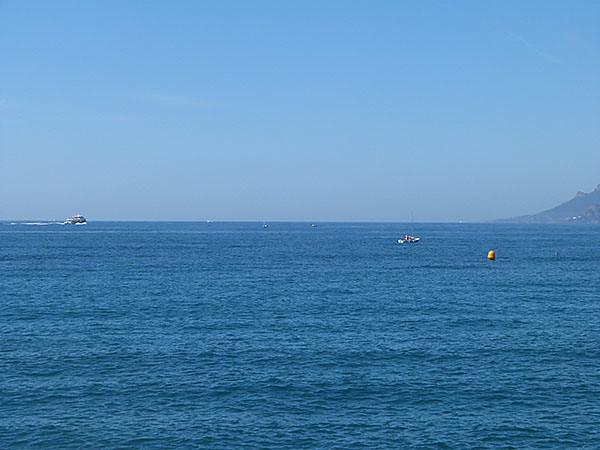 le bateau est loin