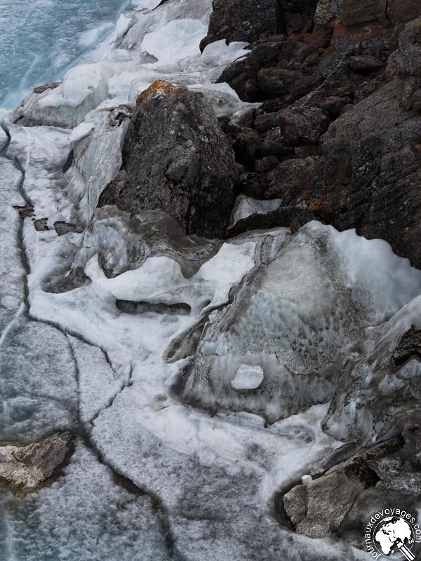 Fragments de glace sur les rochers du lac Baïkal