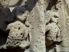 Fontenay-le-Comte. Angelots sur le portail sud de l'église Saint Jean
