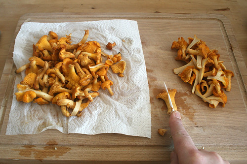 19 - Pfifferlinge zerkleinern / Cut chanterelles