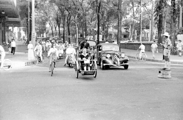 SAIGON 1950 -- Ngã tư Tự Do - Lê Thánh Tôn, Công viên Chi Lăng - Photo by Harrison Forman