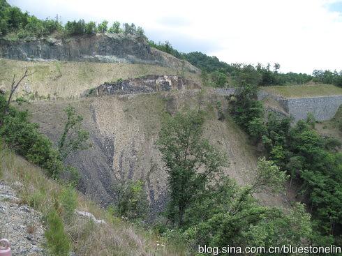 為興建神農架機場項目,開山造路工程的山體破壞情形,大量的山壁被直切開路,有沒有給往來的動物留一條生態走道呢?