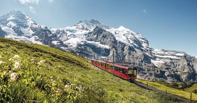 Eiger Gletscher - pěšky nebo vláčkem pod kolmou stěnu Eigeru