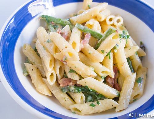 Pasta carbonara met spek en groene asperges
