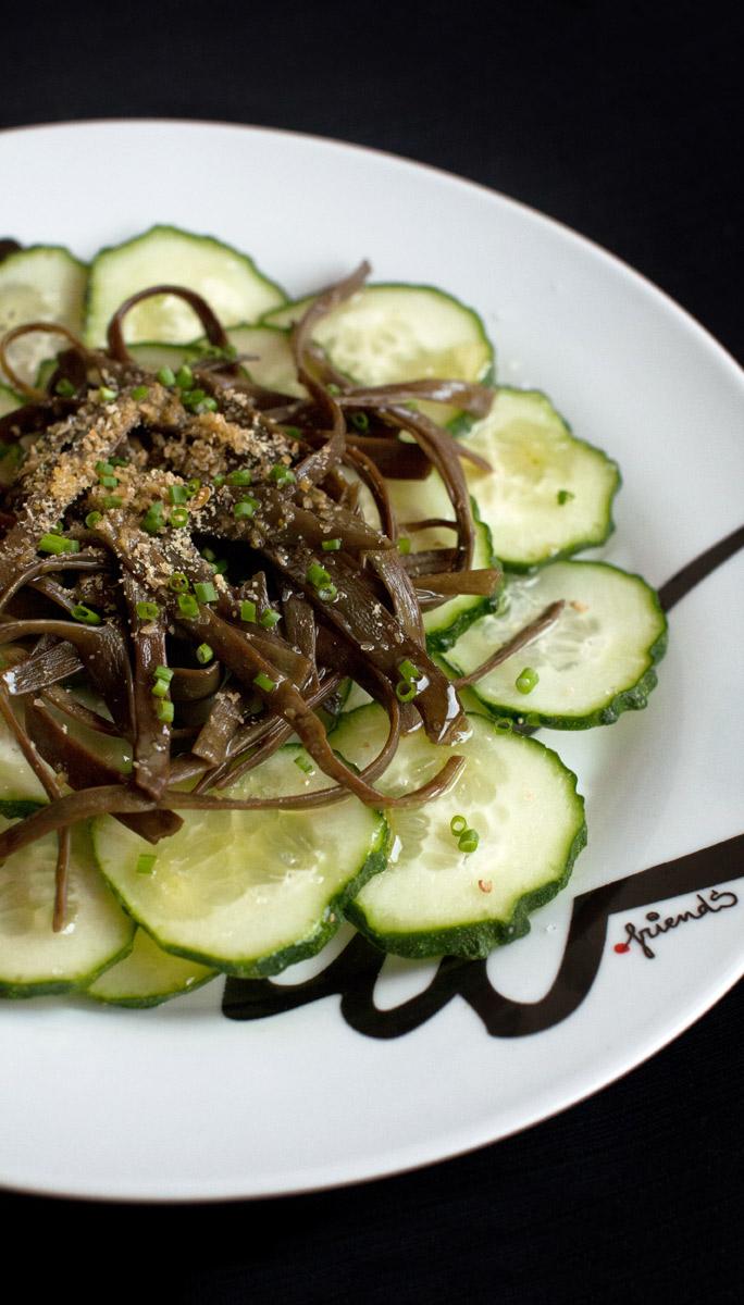 Ensalada sin almidón de pepino y espagueti de mar con cebollino y lino