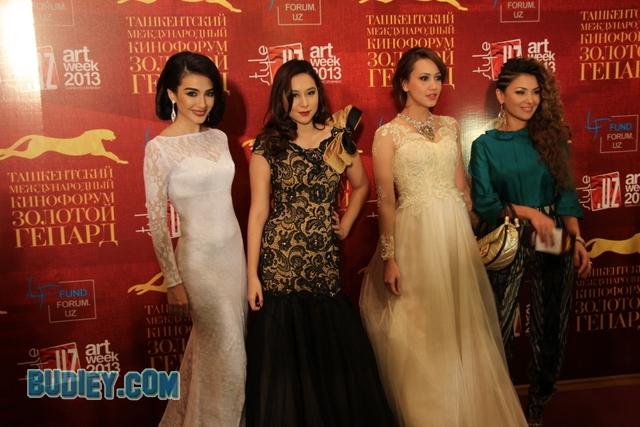 Nur Fathia & Miera Leyana Curi Tumpuan di Uzbekistan