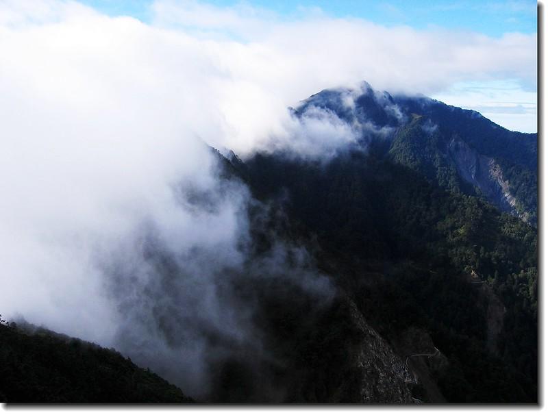 霧鎖關山北峰